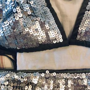 Helt ny, kommer i fin lille pose. Lækker palliet bikini undertøj i sindsyg flot kvalitet  Ikke Spandex, men silke lign materiale og meget flot. Mål bikini bund udstukket 54 x 2 cm  Passer en 40/42