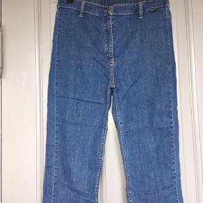 Masai capri jeans, str m 97% bomuld 3% elastan God stand Pris 175kr pp  Lv 38 cm Længde 49 cm