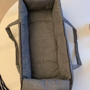 Babylift fra ABC Design. Passer bl.a. til Bugaboo. Er blødt polstret og har forstærkede sider og en forstærketbund. Må bruges op til 9 kg. Specifikationer: - Længde: 80 cm - Bredde: 35 cm - Højde: 14 cm - Vægt: 2,1 kg. Kun brugt i én måned, hvorfor den fremstår som ny. Køber betaler forsendelse via DAO, såfremt der ikke er mulighed for afhentning på Frederiksberg C.