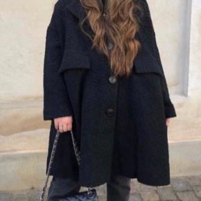 Smuk oversize frakke fra Ganni. Den hedder xs/s... Den fitter både S, M, L og er meget rummelig og med masser af dejlig tyngde i A-facon. Størrelsen hedder XS/S, men virker noget stor.