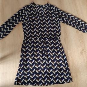 Super smuk kjole med elastik i ærmerne og bindebånd i taljen. Går til midt på lår. Aldrig brugt blot vasket.