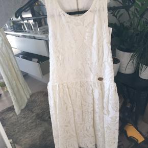 Smuk kjole som sagtens kan bruges som konfirmationskjole. Den har kun været prøvet på. Mp 350,-