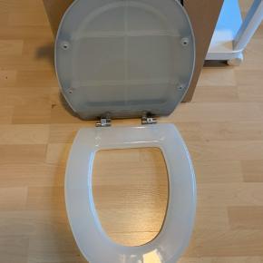 Nyt og ubrugt toilet sæde fra Ikea. Stål / transparent plast. Super nem at rengøre. Med alle skruer og alt er intakt i indpakningen. Der kan bydes :-)