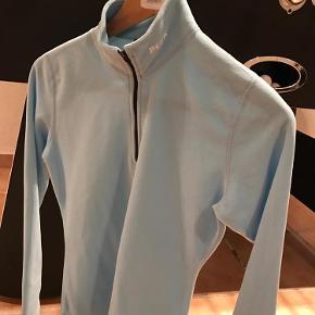 Varetype: Fleece bluse Størrelse: Xs Farve: Lyseblå Oprindelig købspris: 699 kr.  Super lækker fleece fra Peak, perfekt til under skijakken eller bare til at lune sig med til de kolde dage.. kun været på 1 gang, så fremstår som ny!
