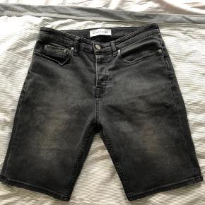 Som ny denim shorts i meleret grå. Masser af strecht i dem   Np ca. 600kr  Fast pris 200kr ekskl porto