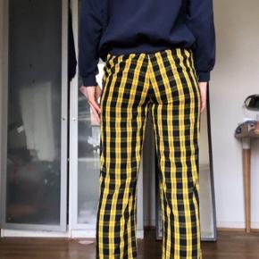Disse bløde, blå og gule bukser er købt i envii, men er blevet lidt slidte ved hullerne hvor et bælte ville skulle gå igennem, er også blevet syet i benet men det lægger man ikke mærke til (se billede). Er åben overfor bud.😊