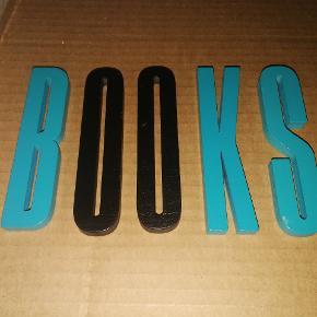 """Træbogstaver fra Design Letters """"BOOKS"""", blandet sort og blå. Højde: ca. 10 cm."""