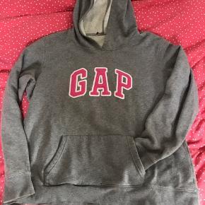 Superfin GAP hoodie i grå med pink skrift. Brugt af pige på 163cm. Lidt slid forneden på ærmerne (pris derefter).