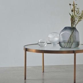 Smukt sofabord fra BOLIA i messing stel og hærdet glasplade. Købt i december 2019 - Sælges grundet flytning.  Højde: 40 cm  Bredde: Ø90 cm Max belastning: 20 kg