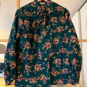 Fin vintage skjorte med bånd, som kan bindes for oven. Der står 42 i mærket, men jeg passer den (er 38).