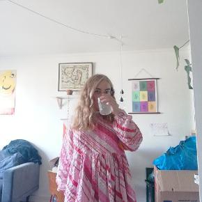 SÆLGER HJEMMESYEDE KJOLER..... Ønsker du en kjole i samme snit som denne? Så hit me up!! Kan lave s-m-l-xl. Jeg køber stof i genbrug, så alt er veldig godt for miljøet og vores jordklode ❤️
