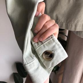 Smuk nedtonet mint farvet denim jakke fra Zara i M. Lidt oversized fit.  Meget god stand!  Materiale: 100% cotton   Nypris: 499,- Min pris er fast❤️ Køber betaler fragt
