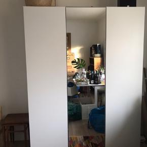 Sælger mit Ikea Pax-skab. L: 150 cm H: 204 cm.  D: 60 cm.   - Det er 4 år gammelt og den ene yderside på det yderste skab til højre er revnet en lille smule nede ved bunden (billede kommer). Hvis skabet står mod en væg ses det ikke. Desuden er skabet til højre seperat, så man kan også bare beholde dobbeltskabet, men det hele sælges samlet da jeg flytter fra min lejlighed:-)   - Sælges med bøjlestang, kurv, trådkurv og hylder.   - Skal hentes i lejlighed på stueetagen.