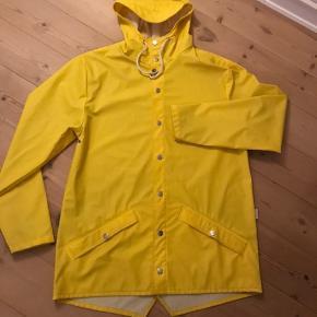 Skønne Rains jakke 80cm lang. Aldrig vasket.