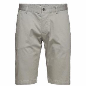 Samsøe Samsøe Balder shorts Farve: Grå Stl: XL  Disse chinoshorts er perfekte både til at dresse op og ned. De er fremstillet af bomuldsstof med ekstra stretch for optimal komfort og pasform. De er designet med sidesøm og paspolerede baglommer med knaplukning.