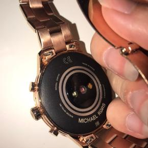 Jeg sælger mit Michael kors Rosa smartwatch. Jeg sælger det af den grund at jeg ikke får det brugt, da jeg fik et andet ur af min kæreste. Uret er købt 1. Maj og er kun blevet brugt en måned, det har været til reparation fordi bagklappen faldt af, ellers har der intet været med det af problemer.  Jeg har alt fra kasse, til bon fra køb og reparation.  Uret skal hentes i Gedved, eller leveres for 50kr ekstra :)