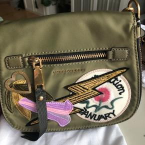 Super fin Marc Jacobs taske, købt i usa men aldrig brugt...flot farverig rem..