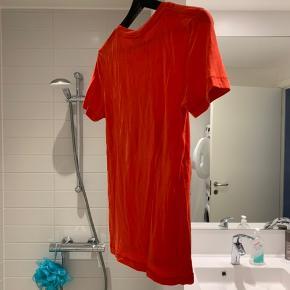 Rød Cherry bomb t-shirt fra Ganni i lyocell