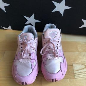 Skoene er brugt et par enkelte gange. Flere detaljerede billeder kan sendes hvis det ønskes.