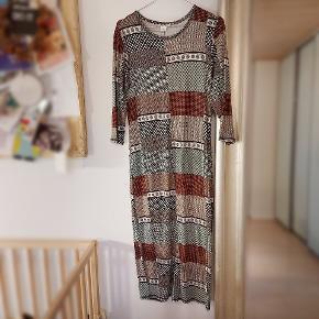 Skøn elastisk blød lang kjole med slids. God til graviditet men også alm. Brug