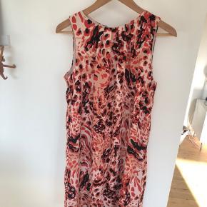 Tag tre - betal for to. Gælder annoncer hvorpå det er anført.   Flot kjole fra i år. Kjolen er i to og med knaplukning i nakken.   100% polyester.   Køber betaler evt porto. Jeg sender med Dao.