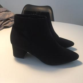 Støvler fra duffy str. 40. Brugt meget få gange, dog lidt slid på hæl, som vist på billede.