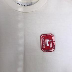 """Ganni t-shirt med Velcro """"G"""" på brystet  Uden brugstegn  Flere billeder haves  Pris uden porto"""