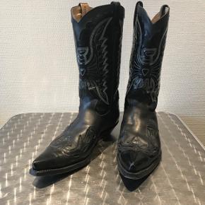 Cowboy støvler til mænd i sort. Str 44.  Fremstår som nye, brugt en enkelt gang. Ingen ridser eller slid.  Kun seriøse henvendelser. Afhentning i Valby. Ønsker ikke at bytte.