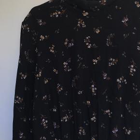 Kjole fra H&M med print og flæsestykke.  Kan afhentes i København K eller sendes gennem handel på Trendsales 🌸  Se også mine andre annoncer  🌸