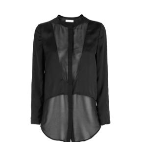 Rigtig fin og elegant skjorte fra SamsøeSamsøe. Den er sort og en størrelse xs. Hvis i vil finde flere billeder, så er style: Nash shirt 3629
