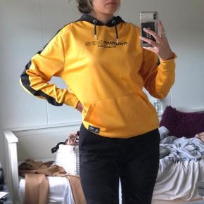 Orange / gul og sort sweater fra modern native.  100% cotton   Pullover, Sweatshirt, hoodie i blødt og dejligt materiale   Unisex, både til mænd og kvinder  Sælges billigt, da jeg bare skal af med den🙃   new yorker , envii , h&m , zara , only , Pieces , asos , h&m, topshop , na-kd , second female , esprit , vero moda , message , Kings & queens , gina tricot , mango , weekday , samsøe & samsøe , monki  , vila , Urban outfitters , street wear  , selected femme , sisters point , y.a.s , gestuz , American apparel , nelly , Jacqueline de young , boohoo , moss Copenhagen , retro look , wasteland, vintage , episode, moves , missguided , genbrug , one vintage , JDY, brandy Melville , Saint tropez , noisy may , MbyM , acne studios, Won hundred , cheap monday, COS , bikbok   Kan passes af s- m - l