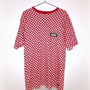 Meget flot Vans Checkerboard t-shirt som er købt i Californien, USA. Sælges da jeg købte den uden at prøve, og den er for stor. Det er i virkeligheden en mandemodel, men kvinder kan sagtens også gå med den!