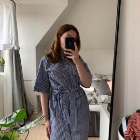 Super fin kjole fra By Malene Birger sælges, eftersom den ikke bliver brugt.   Den fejler ingenting og har kun været brugt 2 gange.   Nypris: 1800kr