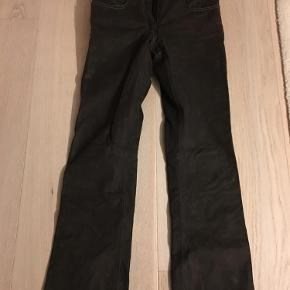 Brand: Spirit motors Varetype: Skind bukser Farve: Chokolade Oprindelig købspris: 2500 kr.