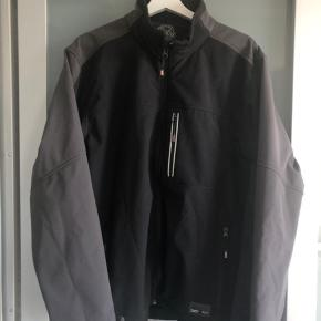 Sort/grå softshell jakke fra Abeko, med refleks på ryggen.  Perfekt til vejret ligenu.  Fro vind og vejr tryk, se sidste billede.  Nypris: 600kr  Giv et bud.  Kan afhentes i Aarhus, Kolding og Toftlund. Ellers sendes med DAO på købers regning for 38kr.