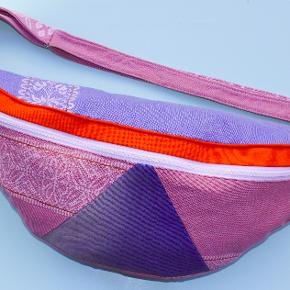"""Handmade oversize fanny pack  made by me from recycled fabrics You can see more of it here: INSTA: @ultapulta.dk The bag contains two pockets. One spacious main pocket and a smaller one at the back which you could use for keys or your phone for example.  You can wash the bag on 30 °C.  MEASUREMENTS:  • Height: 18,5 cm / 5,5"""" • Width: 39 cm / 7.2""""   Håndlavet bæltetaske lavet af genbrugstekstil Unika produkt"""