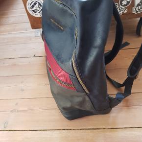 Tommy Hilfiger rygsæk, dog er det en af deres mere eksklusive rygsække. Kostede 1200 forny, umiddelbart har jeg ikke en pris. Tager mod bud, dog ikke skambud på 100 kr. Kom med et fornuftigt bud.