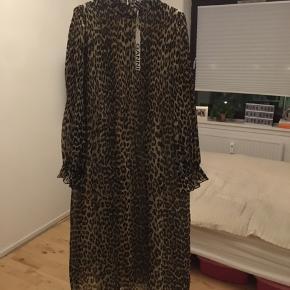 Super flot leopard kjole fra Ganni sælges. Kjolen er aldrig brugt, og har stadigvæk prismærke siddende.   Nypris 1399,- Sælges for 1000,- inkl. forsendelse med DAO.  Mvh. Nina