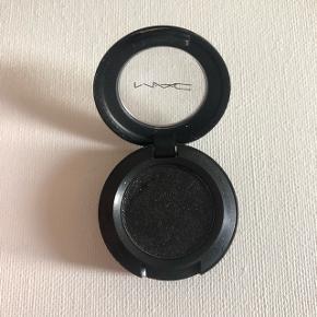 Sælger denne MAC øjenskygge i farven Black Tied. Smuk sort farve med sølv glimmer - sælges da jeg kun har brugt den 1-2 gange, og ikke fremover får den brugt. Sendes på købers regning.  Søgeord: Makeup, øjenskygge, MAC, Bobbi Brown, NYX, Urban Decay, Matas