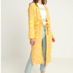 Overvejer at sælge min fine kimono fra moves i str 36 med gult og rosa print (model Sabra). Købt til 500kr og kun brugt en enkelt gang.