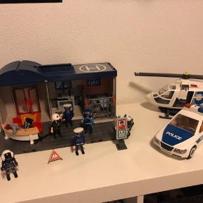 Playmobil politistation, politibil og politihelikopter med figurer  Købt fra ny og brugt meget lidt. Nypris 1200 kr. Bytter ikke