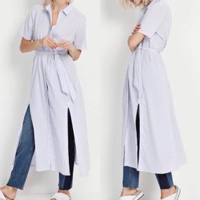 Lækker skjortekjole med slids og bindebælte