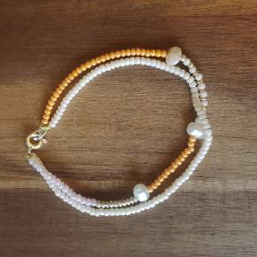 Eget design. Smukt armbånd af perler. Der findes kun dette ene. Det måler ca 18 cm Priser på alle mine hjemmelavet smykker: 1 stk: 65 kr plus porto 2 stk: 120 kr inkl porto med Dao. 3 stk: 150 kr inkl porto med Dao  Se alle mine annoncer med hjemmelavet smykker