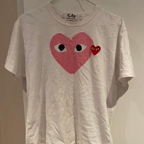 Sælger denne Play trøje str. M men passer også S. Trøjen har et lille hul (billede 2) Sælges for 200kr eller byd :)