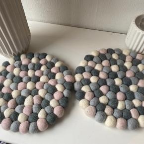 2 kugle bordskåner fra MADEINNEPAL. 20 cm. Kan også bruges til anden indretning. Aldrig brugt- sælges samlet.