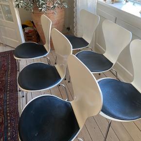 6 stole. Sædet er gulnet pga hynden. Derfor sælges stolene med sort  læder hynde. Fejler intet. Få brugsspor udover farveændring på selve sædet.  Prisen er pr. stk.
