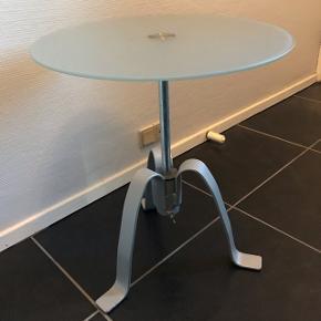 Lille sidebord med glasplade i frosset glas.