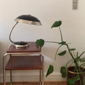 Helo Leuchten bordlampe, midten af 1900-tallet.   Jeg sælger denne smukke tyske Helo bordlampe / skrivebordslampe med original sort lakering.   H: 37 cm, Ø: 30,5 cm Retro, bauhaus klassiker.  Patina og brugsspor, men generelt fremstår lampen super flot  - se billeder.   Lampen kan fremvises og afhentes i Århus.  Jeg sender også gerne.