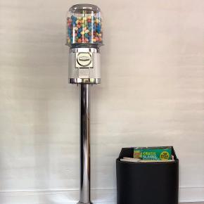 Slikautomat / slikautomater  HELT NY slikautomat i flere forskellige farver. Aldrig brugt og står i original emballage.  I højeste kvalitet, i metal  Slikmaskinen kan indstilles til at modtage enten 2 kr., 5 kr. eller 'free spin'.  Kan indstilles til enten slik, tyggegummi eller kapsler.  Fås i farverne hvid, sort, rød, blå og lyserød.  Alt efter hvor i landet, kan vi levere gratis og ellers koster fragt kun 60 kr.  Pris for automat: 900 kr. Pris med stander: +200 kr.  Det er muligt at betale med MobilePay.  Slikautomat / slik automat / slikautomater / slik automater, tyggegummiautomat / tyggegummi automat, slikmaskine / slik maskine / slik maskiner