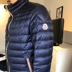 Sælger min Moncler jakke. Mørkeblå str.3/M. Kom med et bud. Nypris: 5000kr